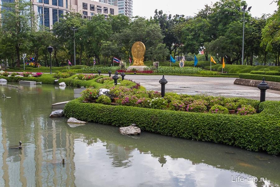 Парк Benjasiri вид с дороги