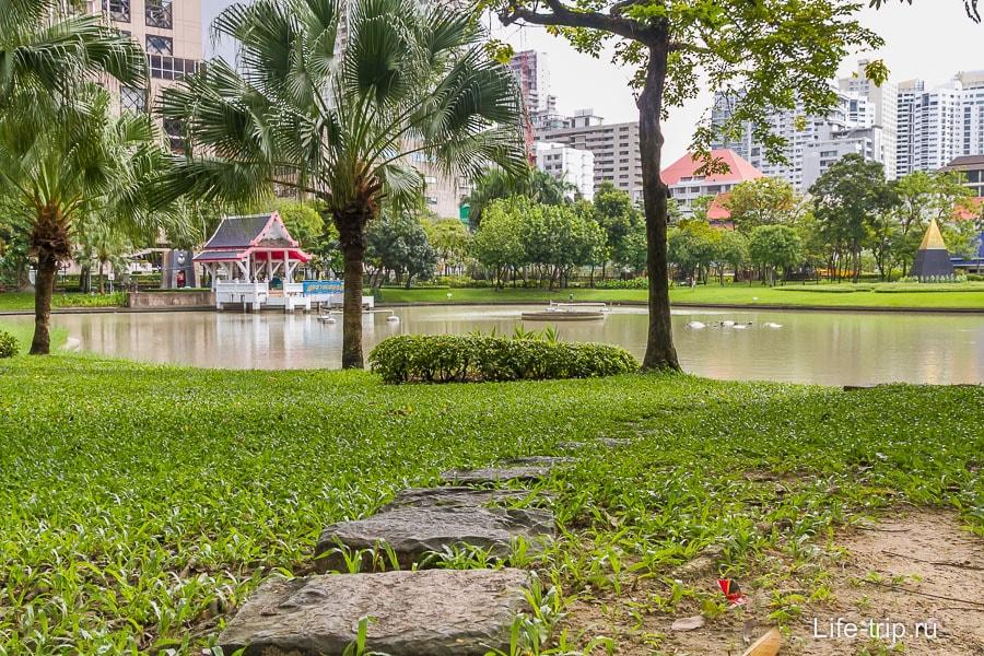 Пруд в центре парка