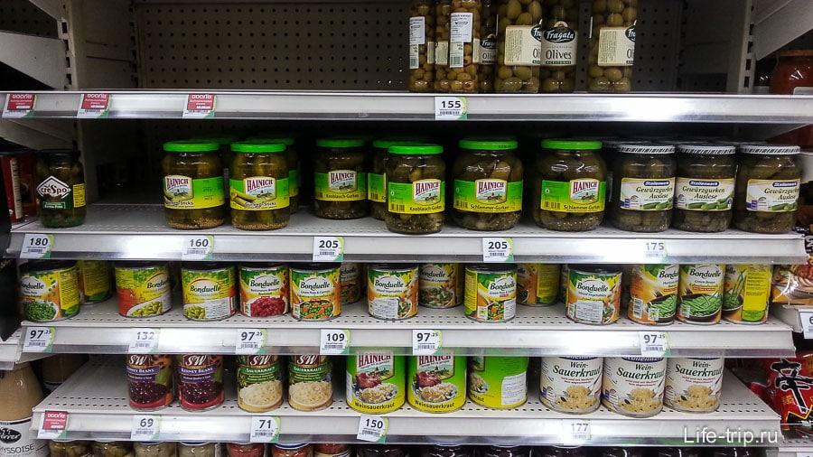 Оливки, огурцы соленые, горошек