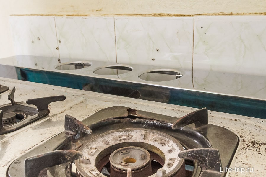 Прогнившая плита на фоне грязной стены
