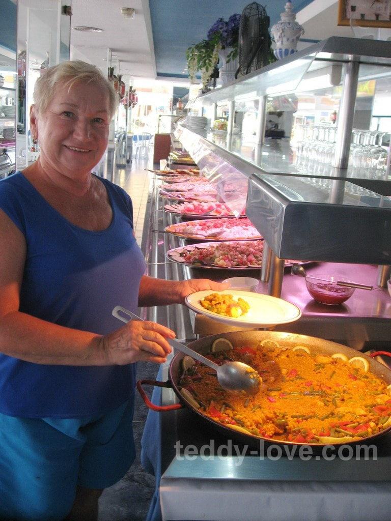 Вот пример ресторана с шведским столом, вход 9 евро, на фото стол с закусками, со второй стороны еще столько же, дальше стол с горячим, супами, стойка повара, и еще есть стойка со сладостями и отдельно мороженое. Ешь сколько хочешь!