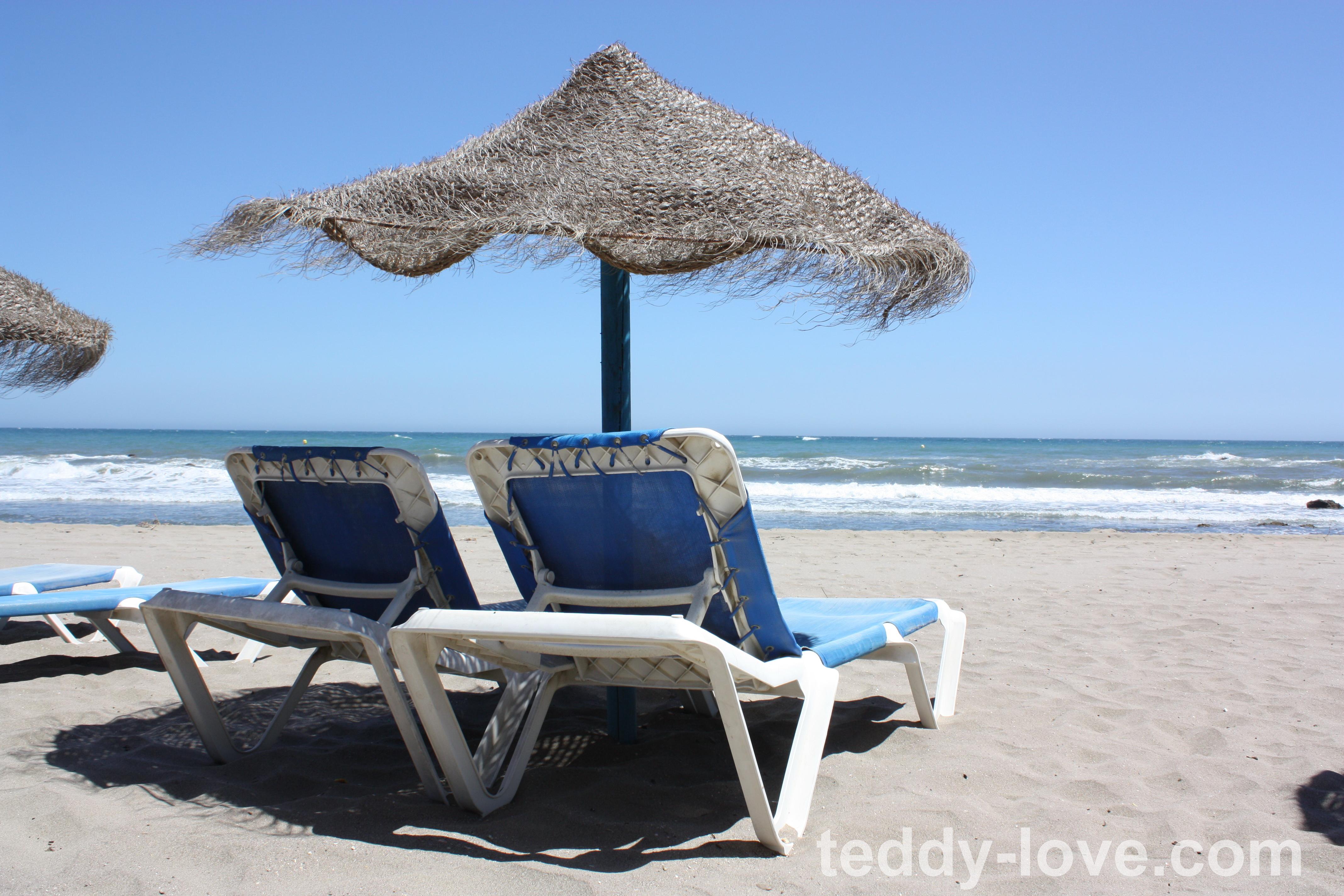 Такой пляж был рядом с нами. При покупке сока или чего-либо в кафе - лежаки бесплатно. Впрочем, мы купили себе зонтики, покрывала и загорали в основном просто на песке