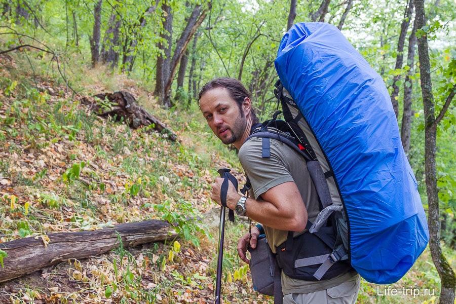 Пеший поход: фотосумка висит на шее, остальное внутри походного рюкзака