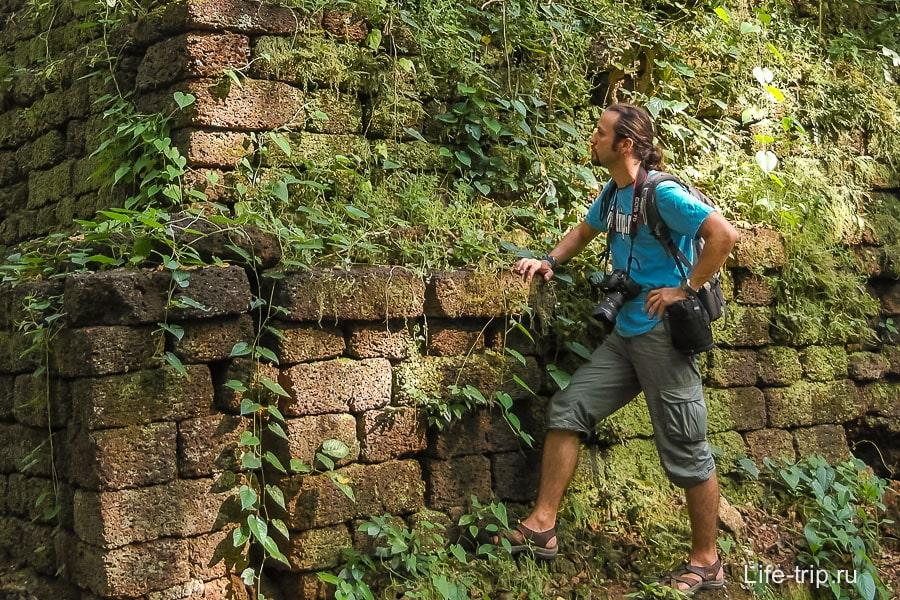 На азиатских развалинах: рюкзак на спине, фотик на шее, объектив на поясе