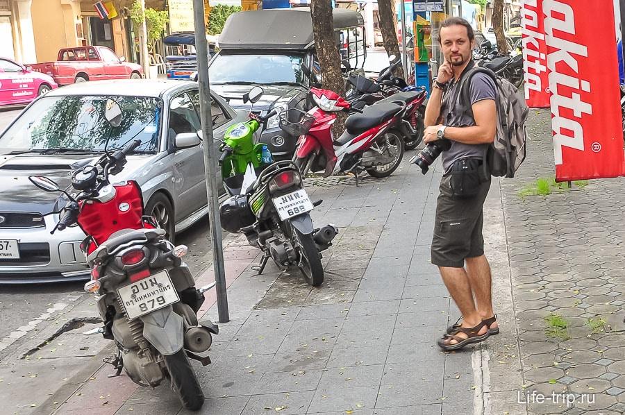 Прогулка по городу: рюкзак на спине, фотик на шее, объектив на поясе