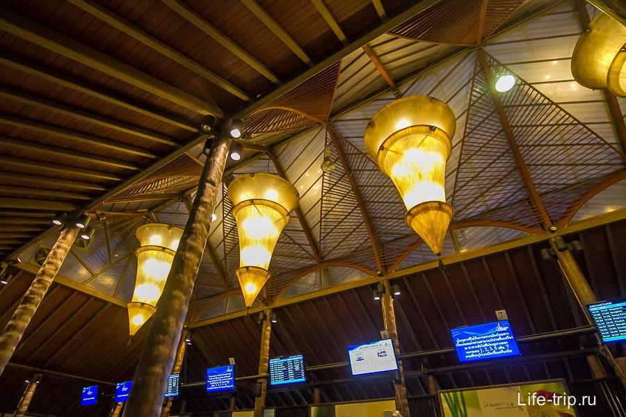 Интересные лампа под потолком