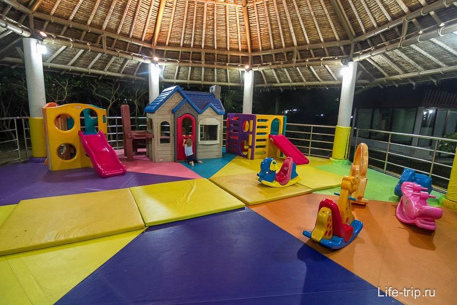 Детская площадка в аэропорту Самуи