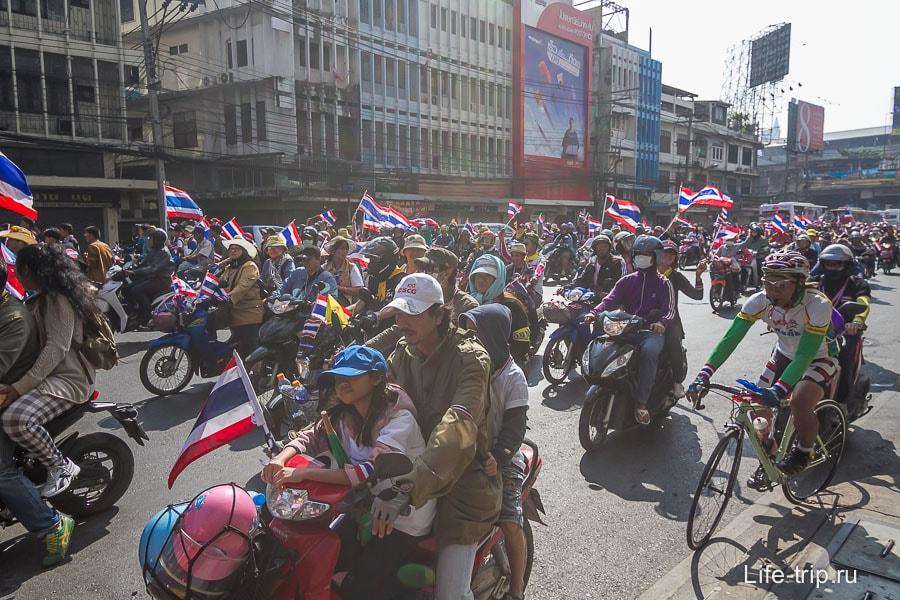 С детьми, на байках и велосипедах, с флагами и улыбками на лицах