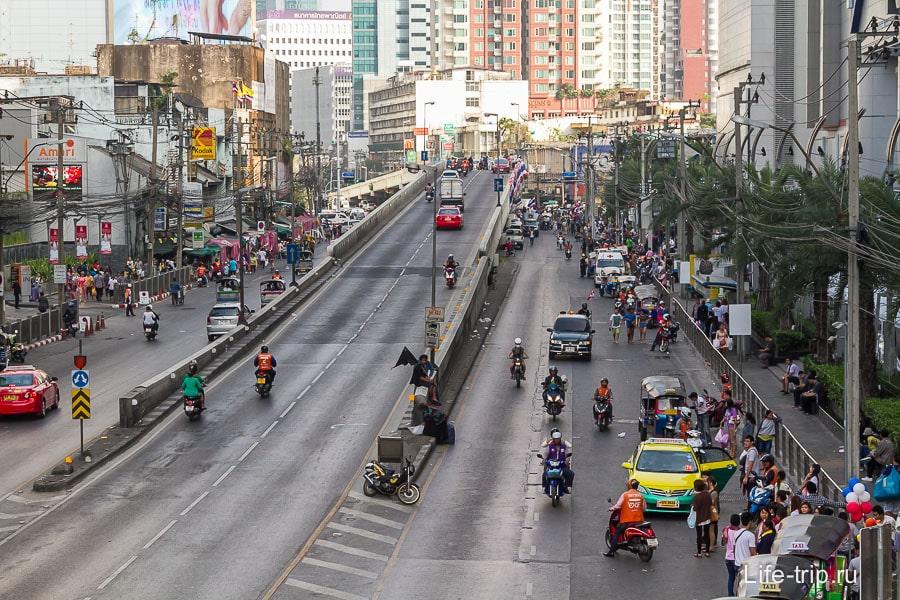 Около Pantip Plaza дорога едет, а перпендикулярная ей улица занята демонстрантами