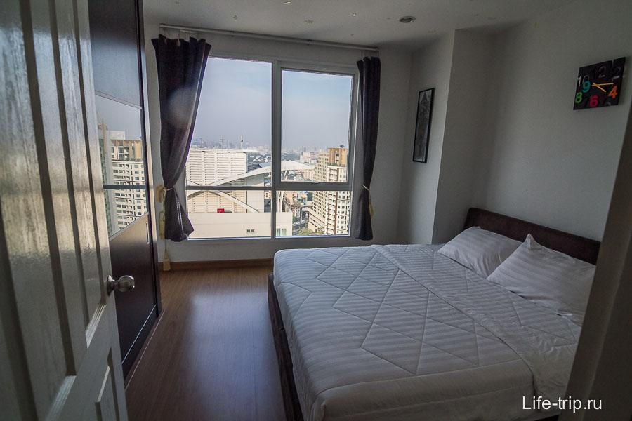 Большая спальня с видом на Бангкок