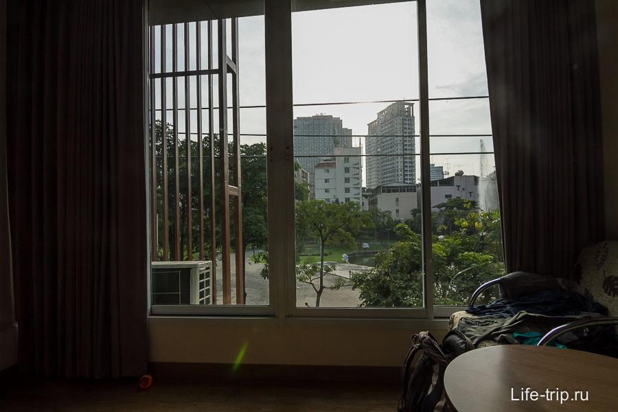 Вид из окна на Santiphap park