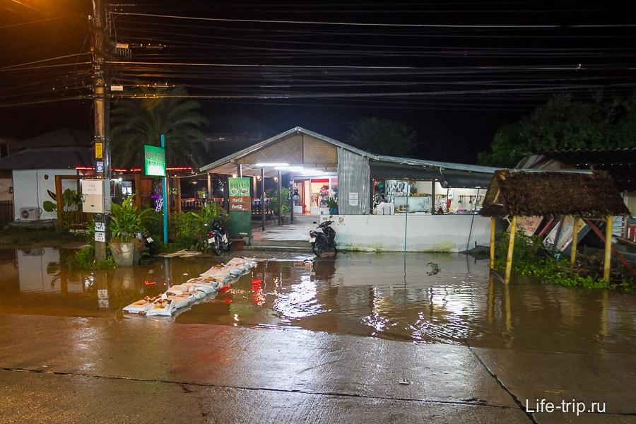 В сезон дождей неудачно расположенные кафе обзаводятся мостками