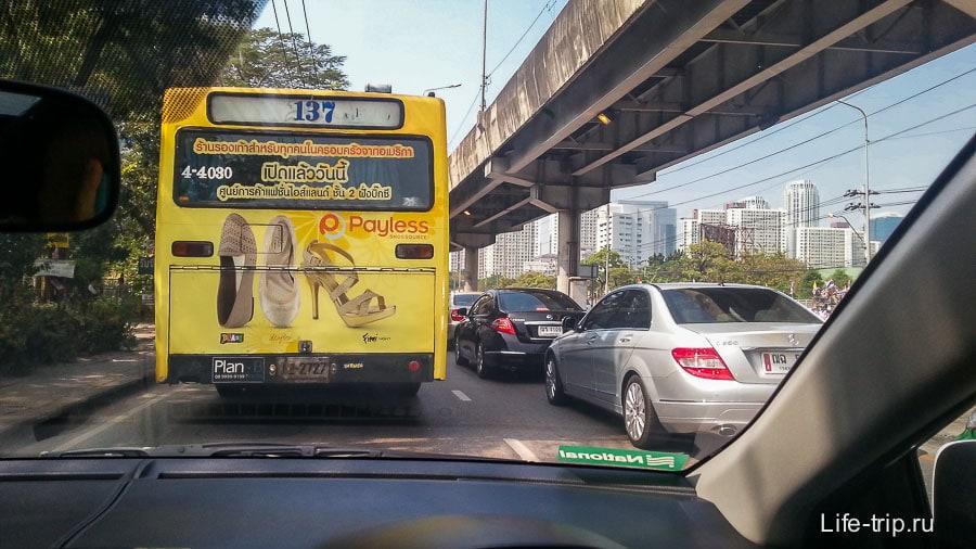 Выехали из Бангкока и ныкаемся в пробках