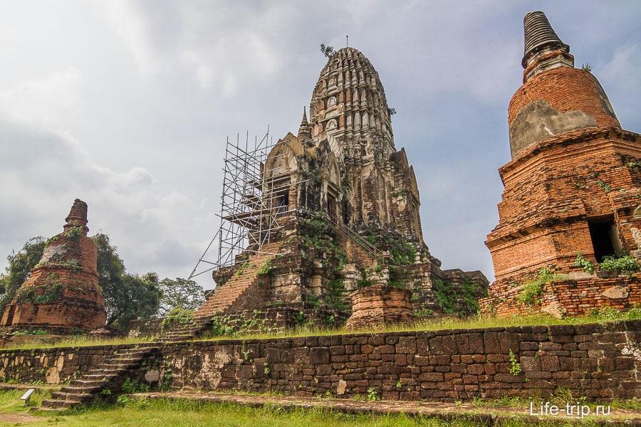 Wat Ratchaburana в лесах