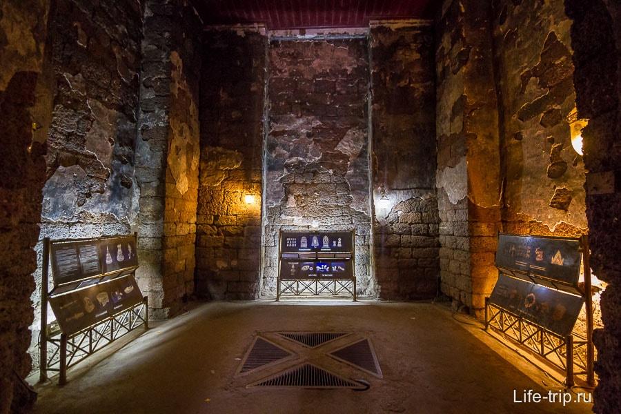 Внутри зал с подсветкой
