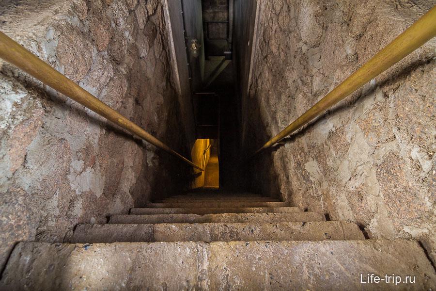 А вниз уходит темный коридор, фото осветленно