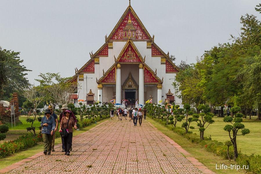 Современный вихарн рядом с Wat Phra Si Sanphet