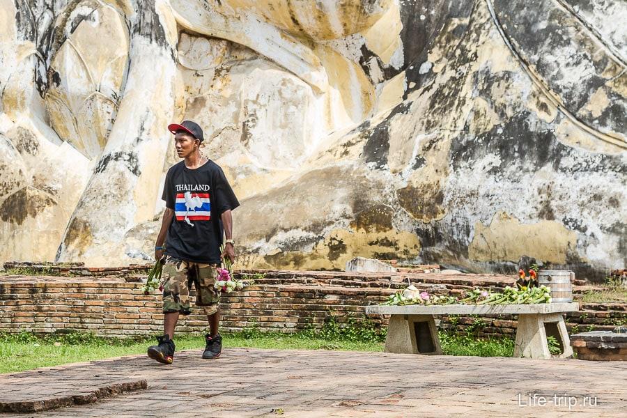 Бизнес по-тайски - уносит лотосы обратно себе на прилавок