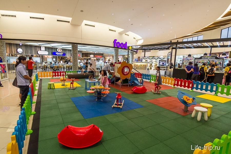 Детские площадки в Меге разбросаны по периметру
