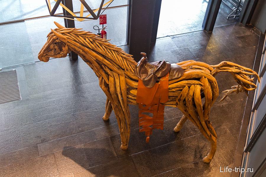 Лошадь не из воска и стоит просто в ТЦ, но понравилась очень