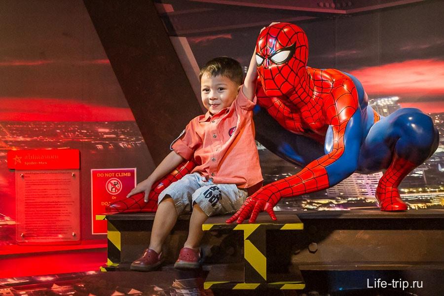 Человек-паук как будто из пластика