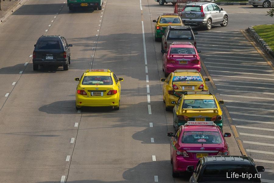 Разноцветные такси в Бангкоке