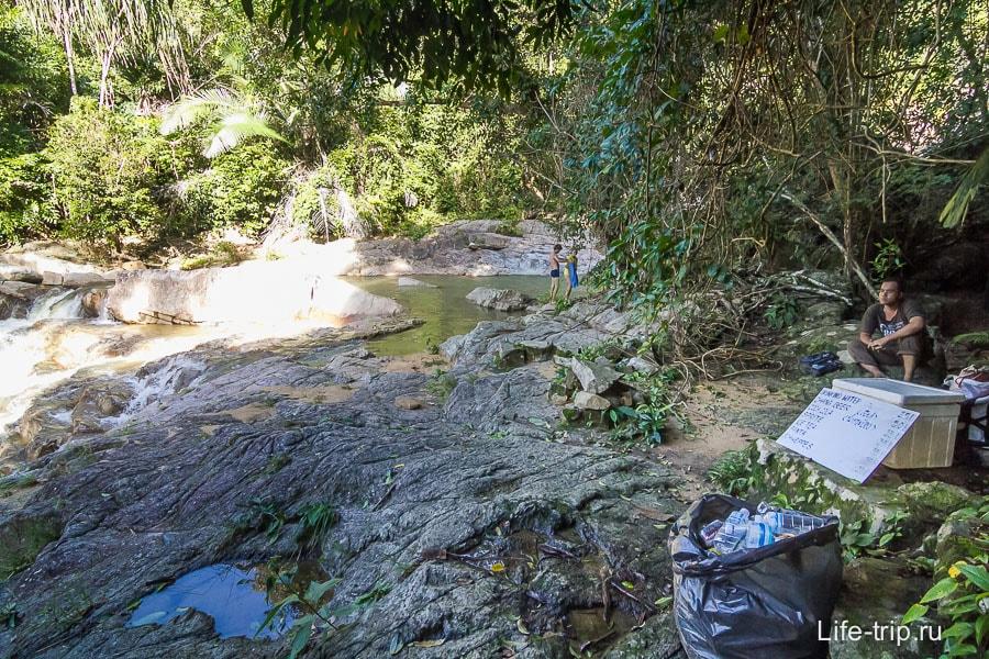 Для уставших путников таец продает воду