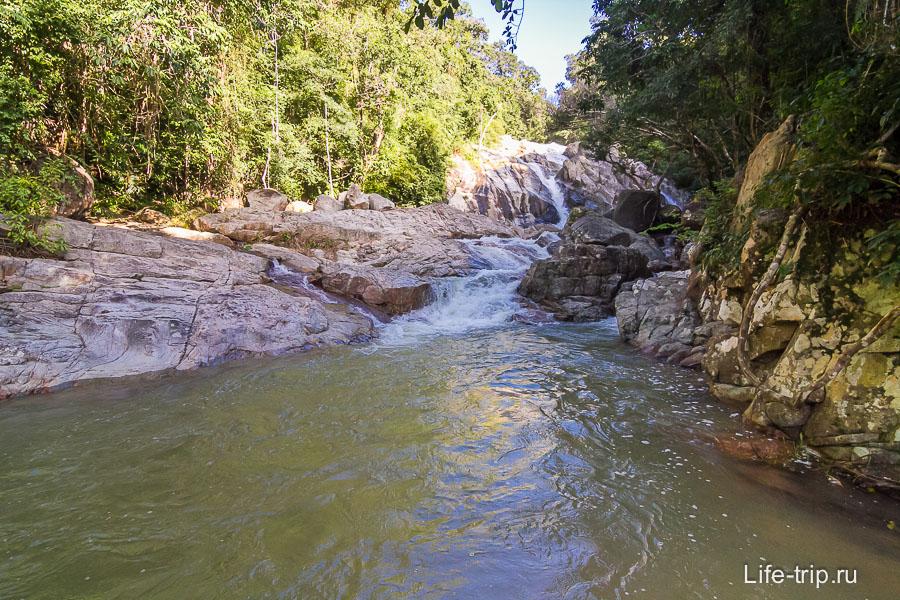 Вдалеке виднеется водопад Хин Лад