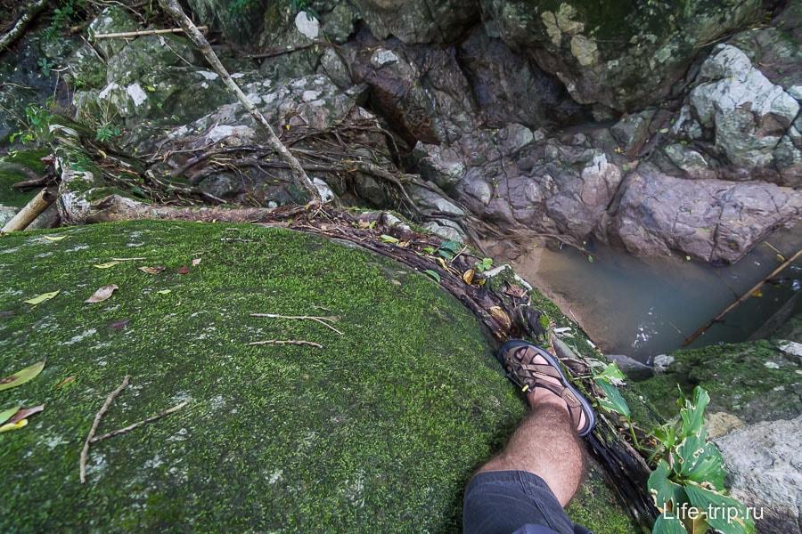 Приходится лезть по лиане, прижавшись к камню