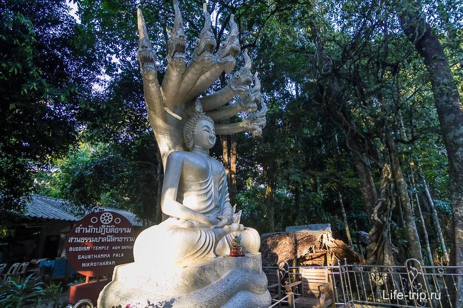 Статуя Будды около храма