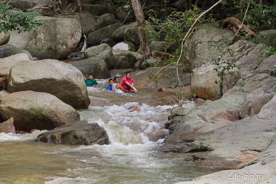 Тайская семья охлаждается