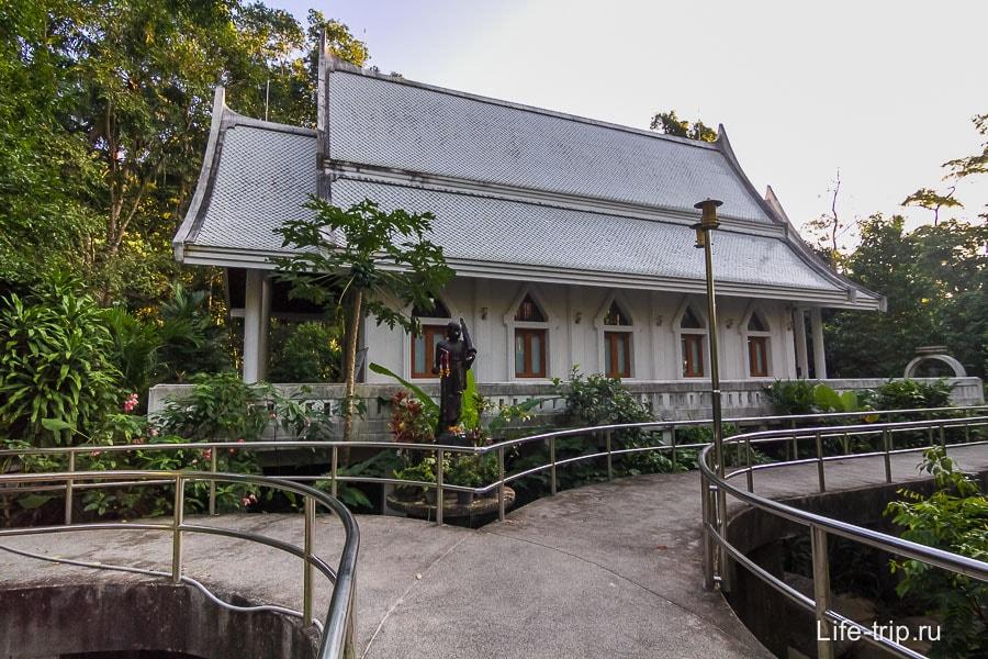 Храм окруженный мостиками и блестящими поручнями