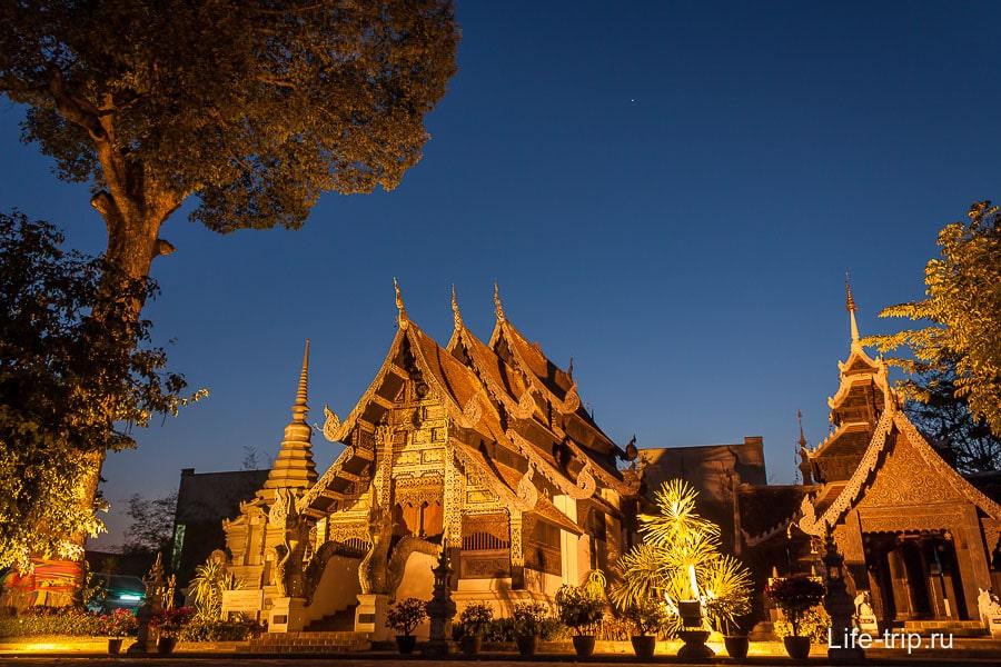 Храм Лак Муак в ночи