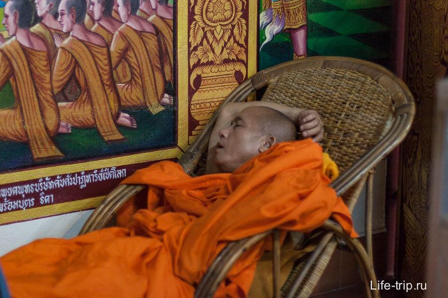 Мирно посапывающий монах