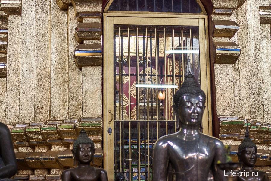 Статуя Будды запрятанная за решетку