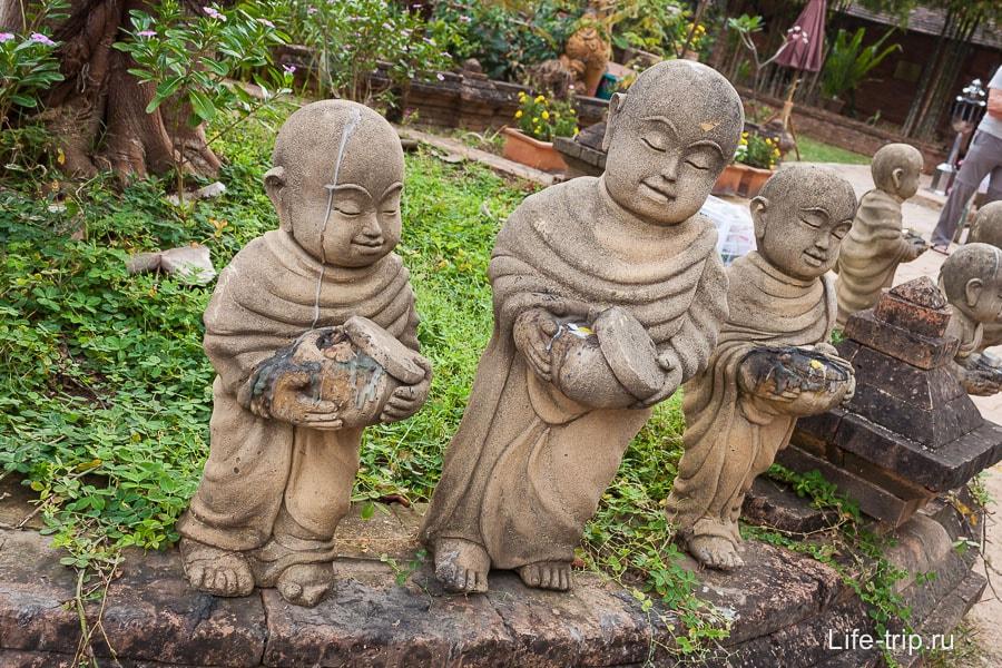 Забавные статуи монахов
