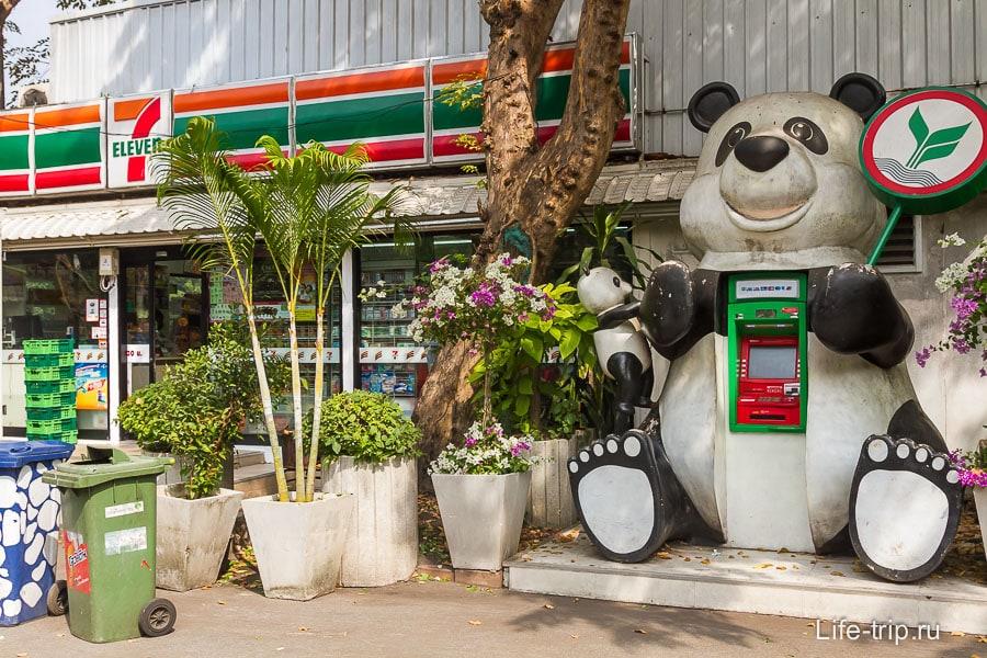 Вездесущий 7-11 и банкомат в виде панды