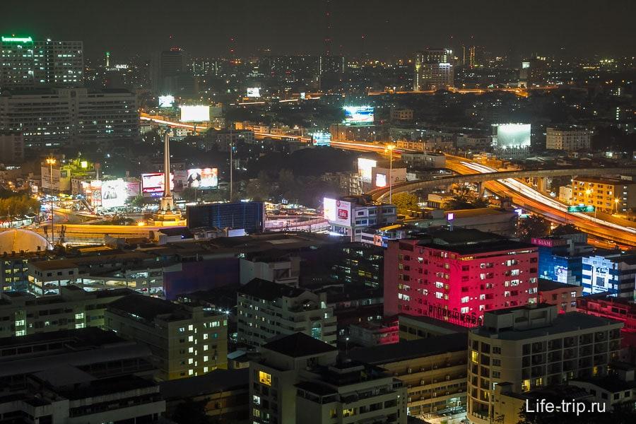 Вдали виднеется Victory Monument