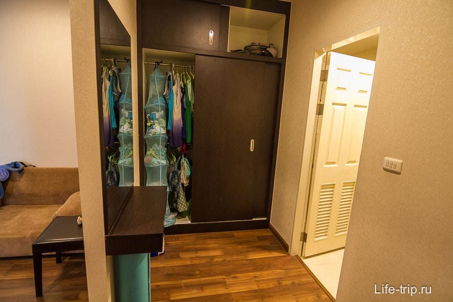 Закуток со шкафом и большим зеркалом