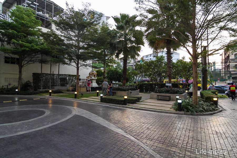 Площадка перед входом в здание