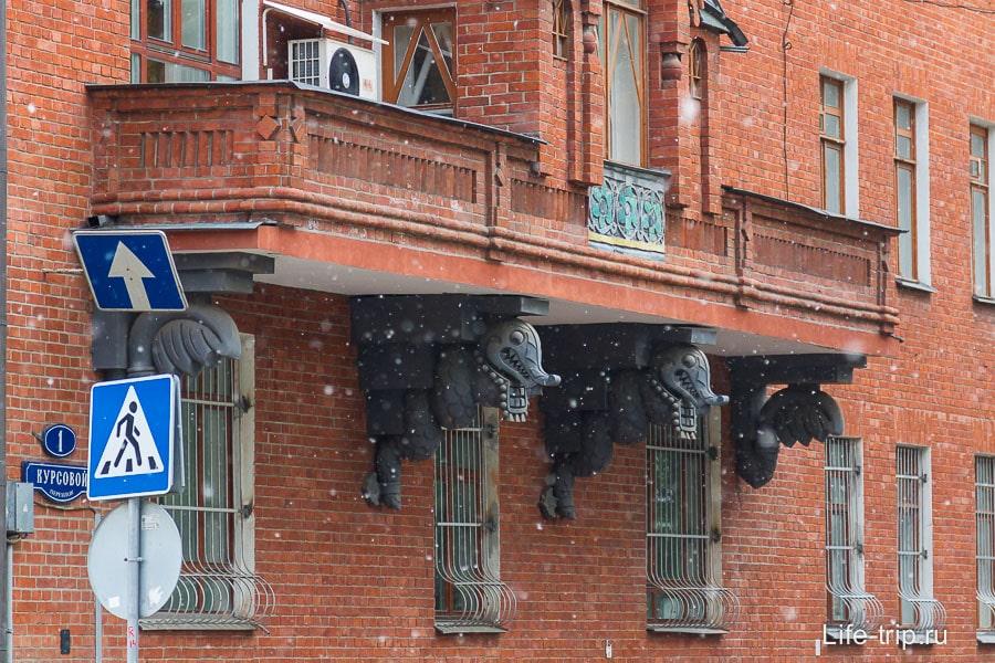 Балконы подпирают драконы-змеи