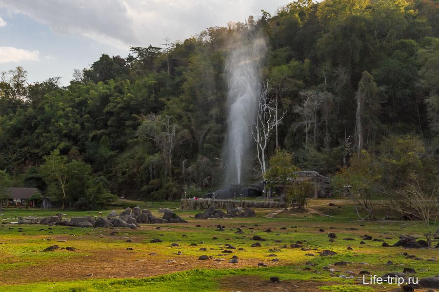 Горячий источник бьет фонтаном выше леса!