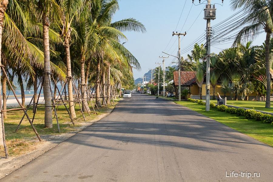 Цивильная часть Dolphin Bay с кафешками и отелями