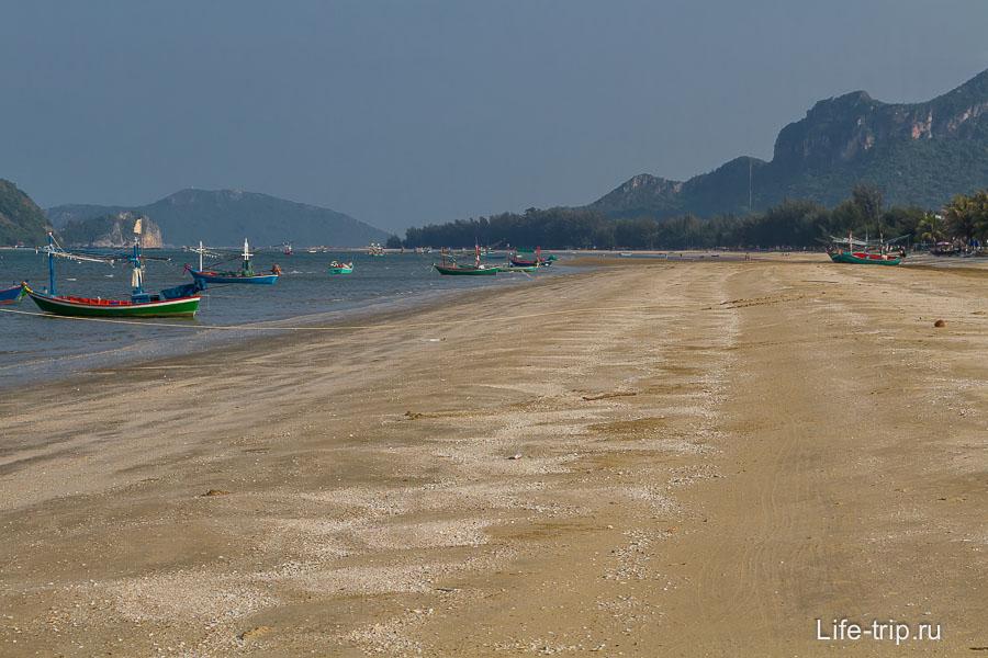 Пляж с ракушками, лодками и мелкий