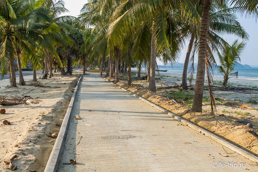 Недавно построили пешеходную дорогу вдоль части пляжа, но последствия строительства еще не убрали
