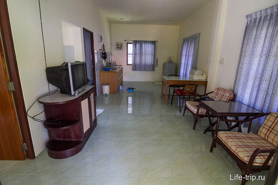 Большая гостиная с кухней