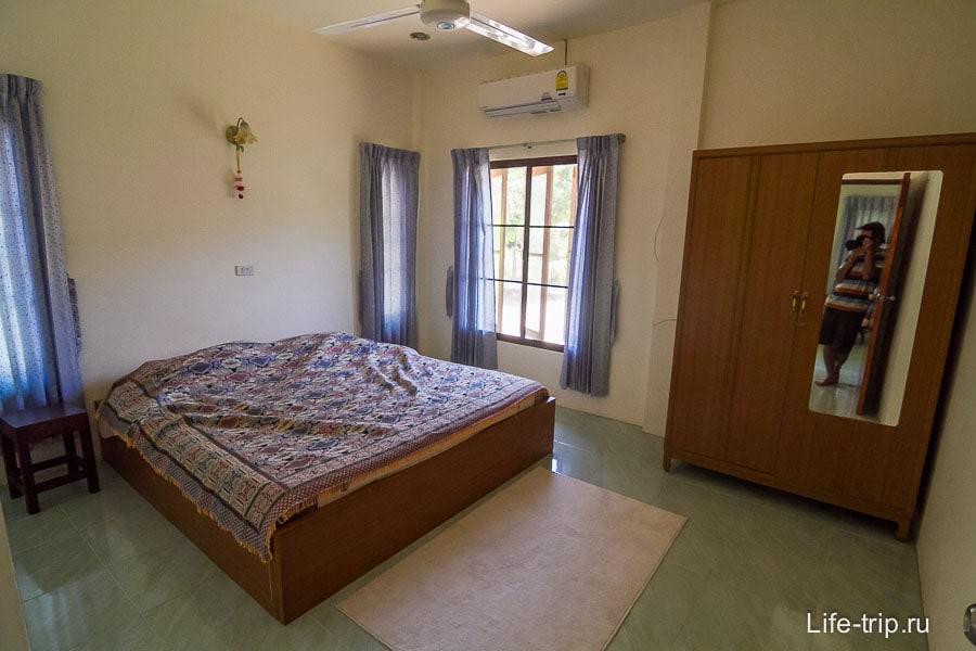 Одна спальня с матрасом и шкафом
