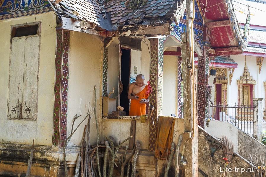 Монах в своем потрепанном домике