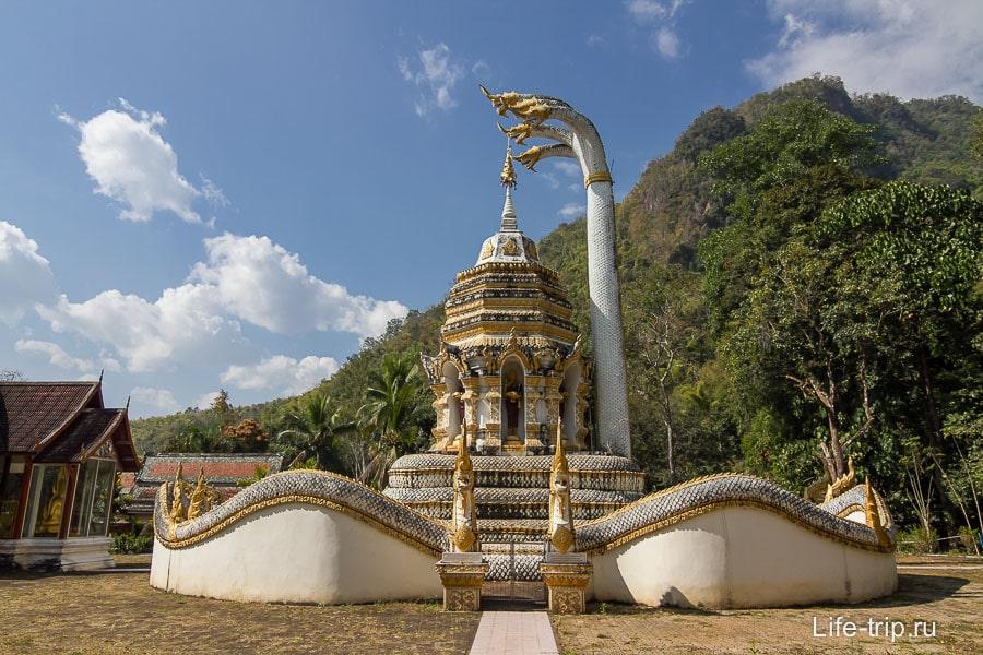 Территория храма Чианг Дао