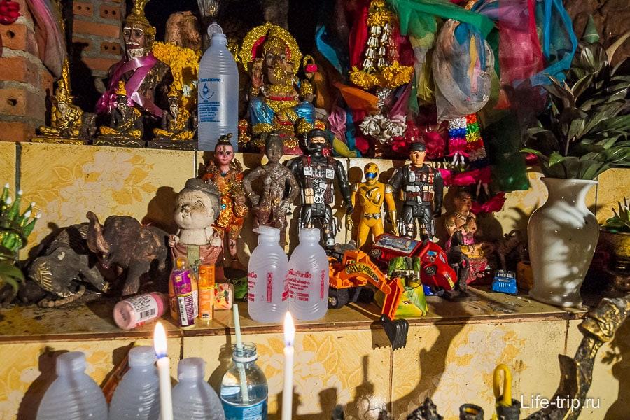 В конце пути алтарь заставленный игрушками
